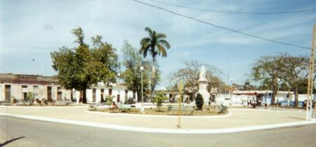 """Parque """"Domingo Mujica Carratalá"""" visto desde la esquina de las calles Céspedes y Luz Caballero, Jovellanos, provincia de Matanzas, Cuba. (foto de 2003)"""